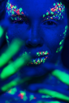 Zakończenie widok kobieta z fluorescencyjnym makijażem