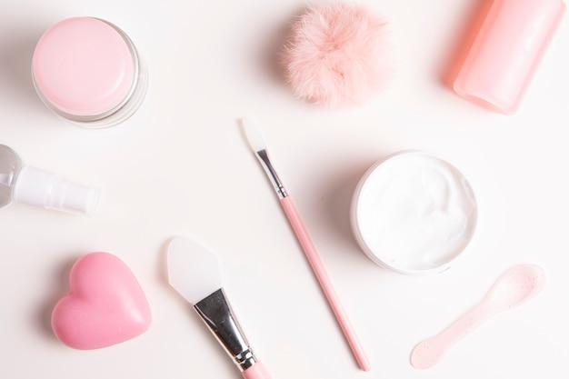 Zakończenie widok kosmetyki na prostym tle