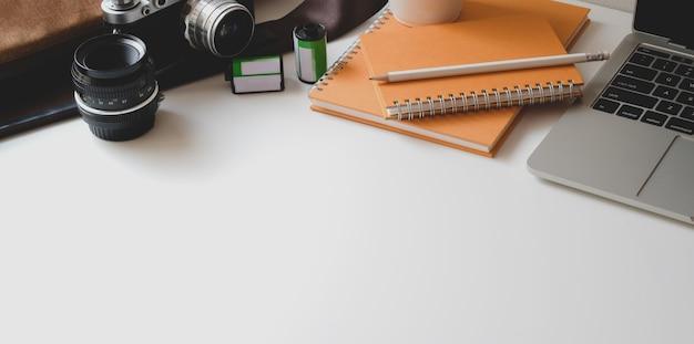 Zakończenie widok nowożytny fotografa miejsce pracy z laptopem