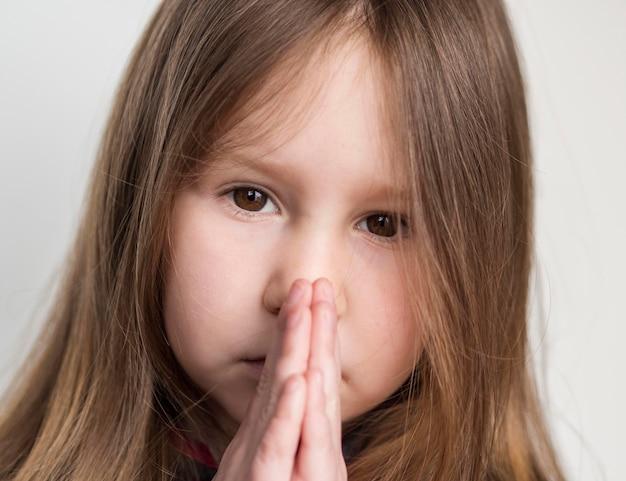 Zakończenie widok piękny małej dziewczynki modlenie