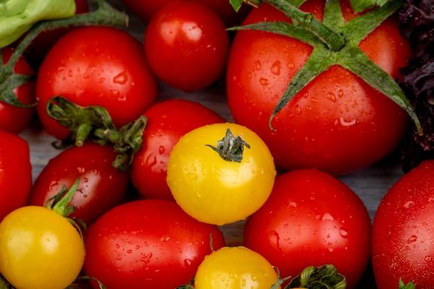 Zakończenie widok pomidory na drewnianym stole