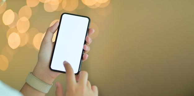 Zakończenie widok trzyma pustego ekranu smartphone młoda dziewczyna