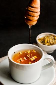 Zakończenie widok ziołowej herbaty pojęcie z miodem