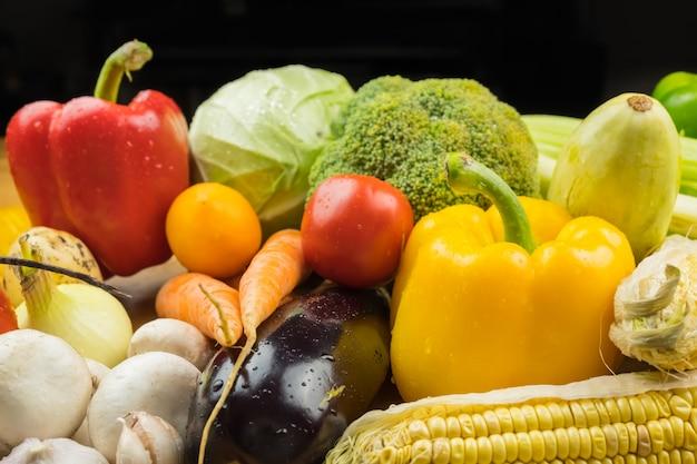 Zakończenie wizerunek świezi organicznie warzywa. lokalnie uprawiana papryka, kukurydza, marchew, grzyby i inne naturalne wegańskie jedzenie.