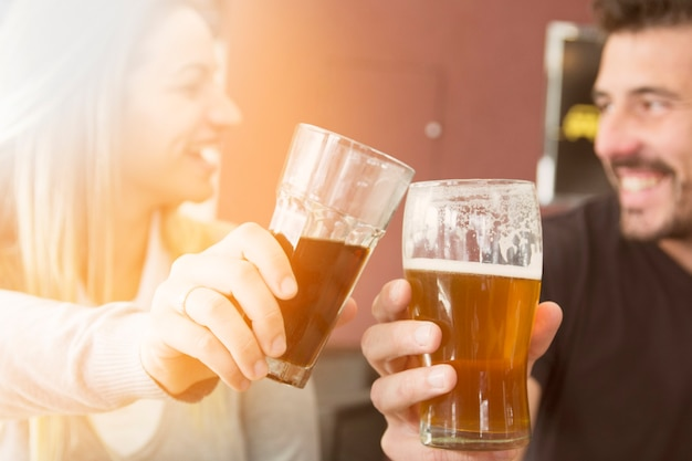 Zakończenie wznosi toast szkło piwo para