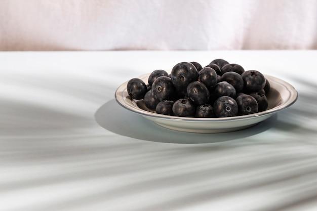 Zakończenie zdrowe błękitne jagody na talerzu