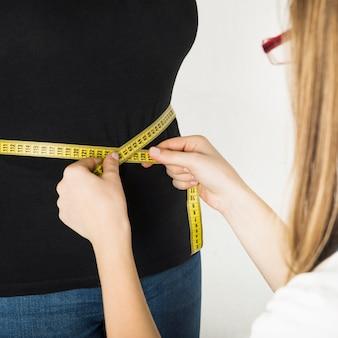 Zakończenie żeńska dietician ręka egzamininuje pacjenta w klinice
