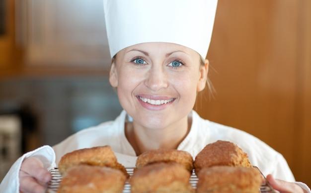 Zakończenie żeński szef kuchni wypiekowi scones