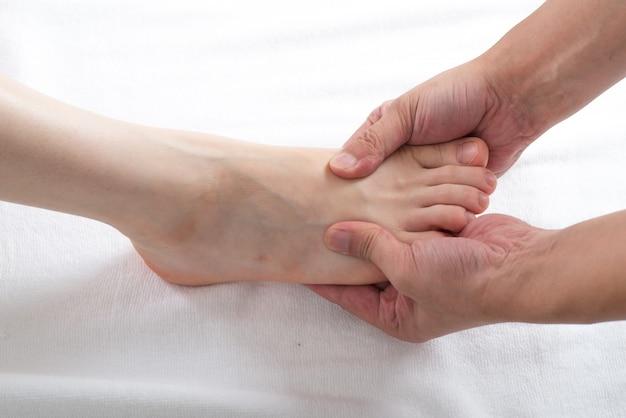 Zakończenie żeńskie ręki robi nożnemu masażowi