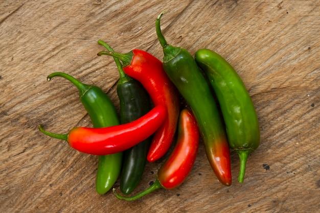 Zakończenie zielona i czerwona chili pieprze