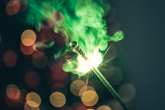 Zakończenie zielony wakacyjny brylant w zmroku