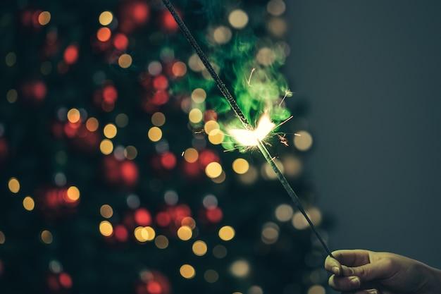 Zakończenie zielony wakacyjny sparkler w zmroku