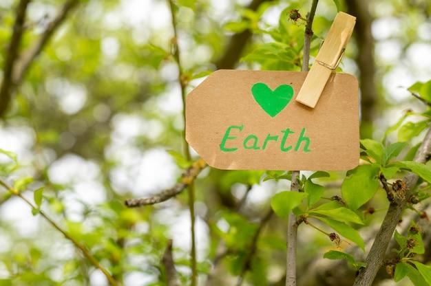 Zakończenie ziemia podpisuje wewnątrz drzewa