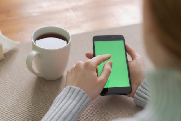Zakończenie zrelaksowana dziewczyna up wręcza sprawdzać telefon komórkowego