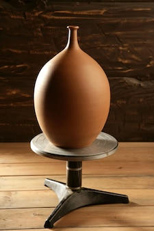Zakończone koło garncarskie z wazonem z gliny ceramicznej