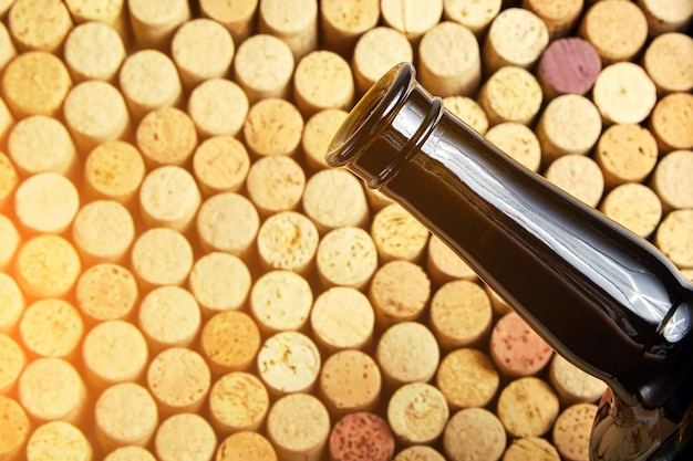 Zakorkowana szklana butelka czerwonego wina, widok z boku