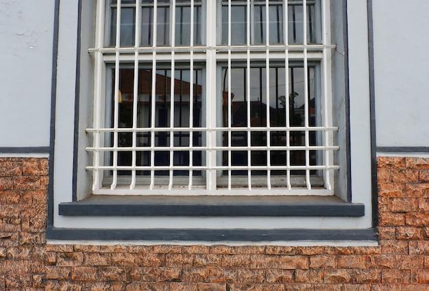 Zakratowane okno w ceglanej ścianie
