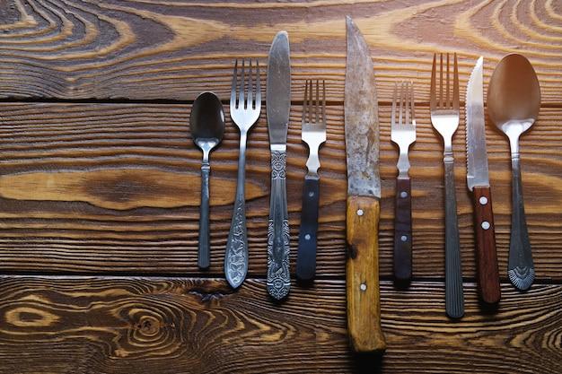 Zakres różnych zabytkowych sztućców z nożami, widelcami i łyżkami