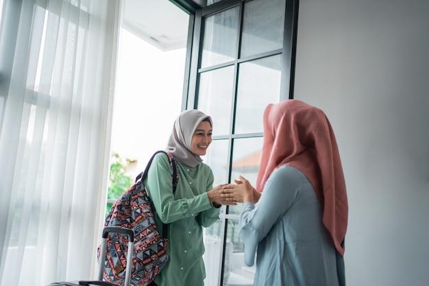 Zakryte kobiety witające salam podczas spotkania z przyjaciółką