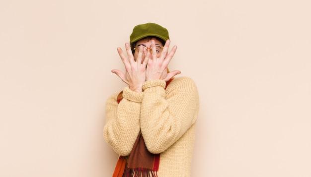 Zakrywając twarz obiema rękami mówiąc do kamery nie! odmawianie zdjęć lub zabranianie zdjęć
