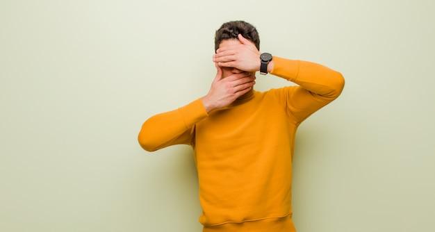Zakrywając twarz obiema rękami mówiąc: nie! odmawianie zdjęć lub zabranianie zdjęć
