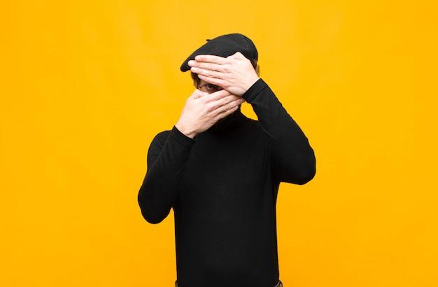 """Zakrywająca twarz obiema rękami mówiąc """"nie"""" do kamery! odmawianie zdjęć lub zakaz zdjęć"""