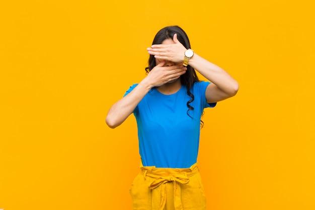 Zakrywająca twarz obiema rękami mówiąc nie! odmawianie zdjęć lub zakaz zdjęć