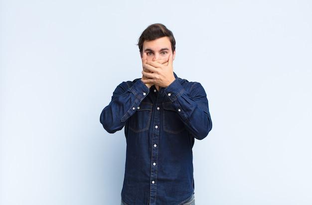 """Zakrywanie ust dłonią zszokowanym, zdziwionym wyrazem twarzy, zachowanie tajemnicy lub powiedzenie """"ups"""""""