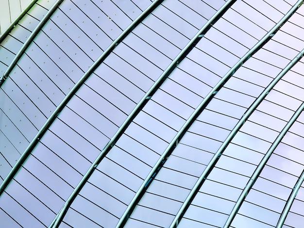 Zakrzywiona nowoczesna konstrukcja budynku z wzorzystym oknem zewnętrznym