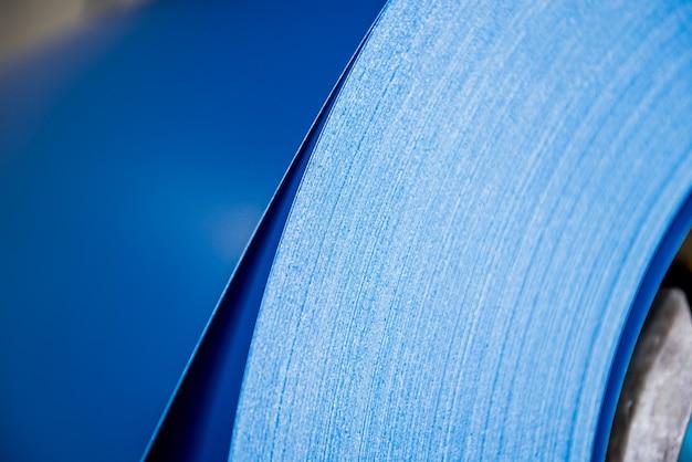 Zakrzywione linie walcowanego metalu są wykonane z blachy stalowej.