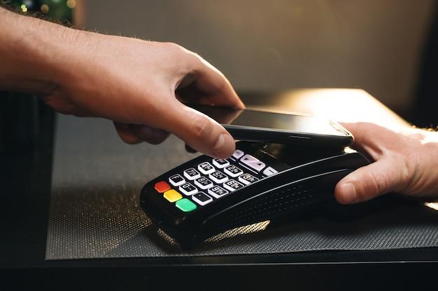 Zakup Przez Telefon Komórkowy Za Pomocą Elektronicznego Automatu Płatniczego Lub Czytnika Kart Emoney Premium Zdjęcia