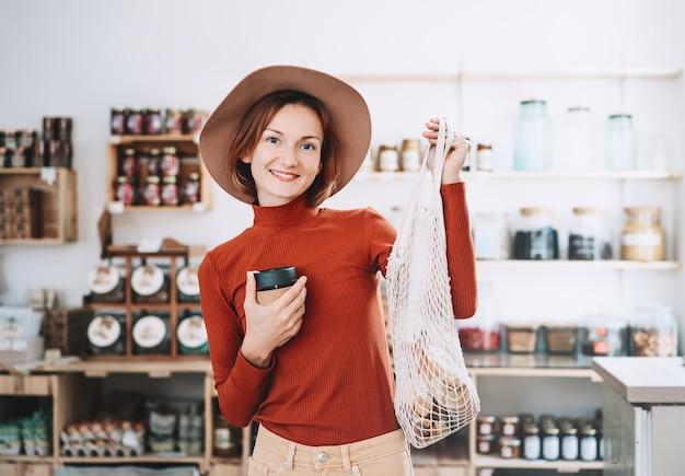 Zakupy bez plastikowych opakowań w sklepie bez plastiku
