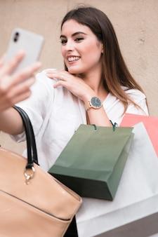 Zakupy dziewczyna bierze selfie
