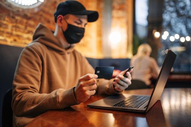 Zakupy i płatność online za pomocą telefonu komórkowego, laptopa i karty kredytowej.