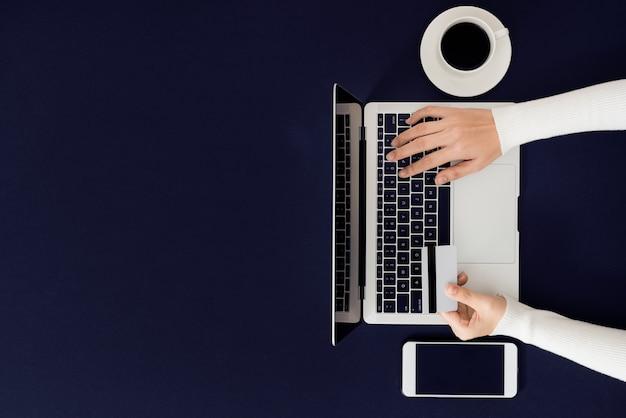 Zakupy i płatności online za pomocą notebooka