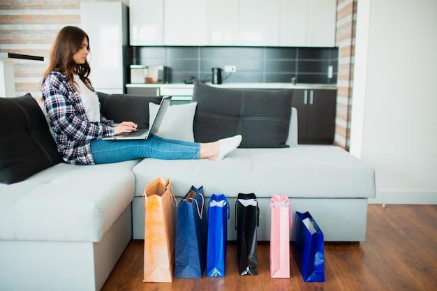 Zakupy internetowe. dostawa towarów i rzeczy do domu.