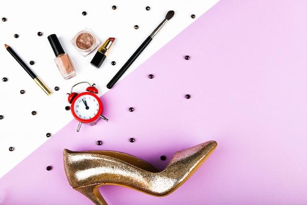 Zakupy kobiet. akcesoria koszowe i damskie. akcesoria dla kobiet, na różowym tle pastelowym. pojęcie piękna i mody. widok z góry, płaski minimalizm.
