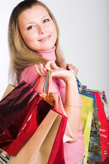 Zakupy młoda kobieta nad białym tłem