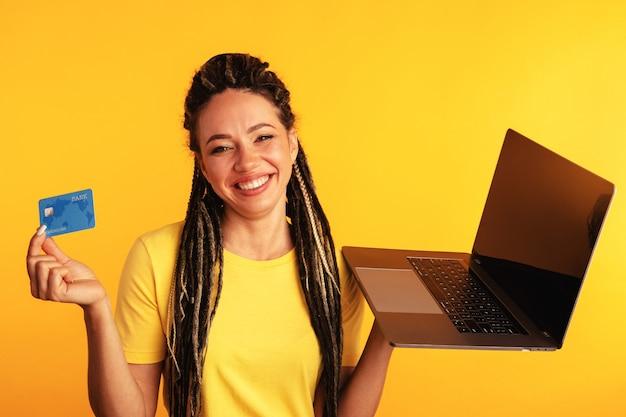 Zakupy na komputerze. uśmiechnięta kobieta z laptopem i kartą kredytową robi zakupy online.