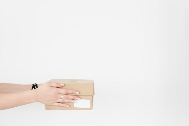Zakupy online dostawy towarów trzymając się za ręce pudełko