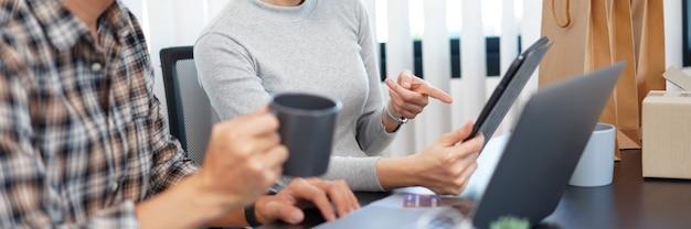Zakupy online koncepcja urocza para dodająca informacje o karcie kredytowej do wykorzystania w internetowych transakcjach finansowych.