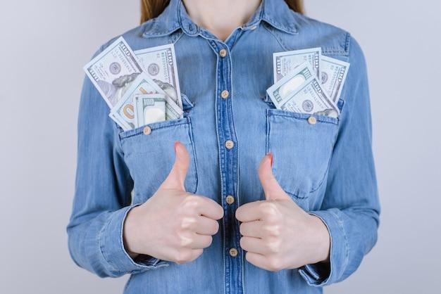 Zakupy online kupujący otrzymać sprzedać podatek od pożyczki wygraj portfel zysk stos stos stos ok dobrze śr ludzie koncepcja studenta. przycięte zdjęcie z bliska zadowolonej osoby zarabiającej pieniądze na szarym tle
