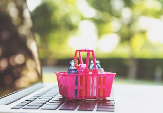Zakupy online lub koncepcja usługi dostawy ecommmerce