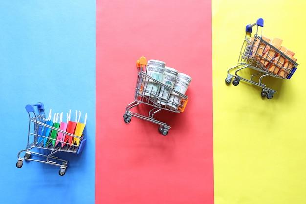 Zakupy online, papierowa torba na zakupy i banknot