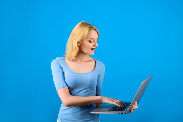 Zakupy online sklep internetowy kobieta z laptopem dziewczyna z komputerem osobistym wyszukiwanie nowoczesnych technologii