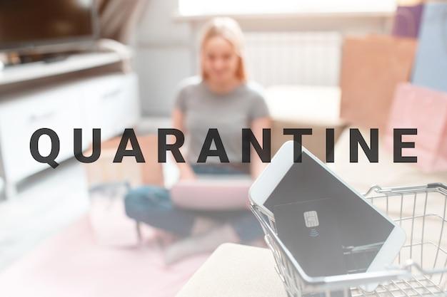Zakupy online w domu. czarna karta kredytowa i smartfon są gotowe do sprzedaży w czarne piątki na tle kupującego z laptopem