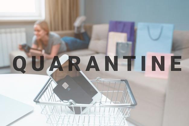 Zakupy online w domu. karta kredytowa i smartfon na tle szczęśliwej kobiety z torbami na zakupy