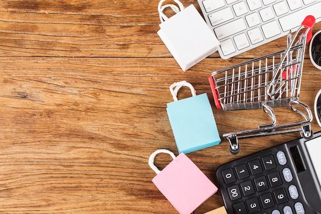 Zakupy online w domu koncepcja. zakupy online to forma handlu elektronicznego, która pozwala konsumentom bezpośrednio kupować towary od sprzedawcy przez internet