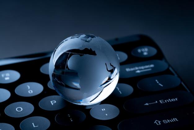 Zakupy online z globusem dla globalnej koncepcji