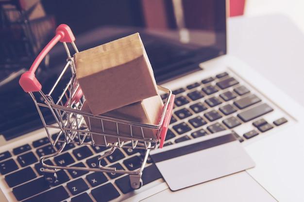Zakupy online zakupy online w internecie. z płatnością kartą kredytową na laptopie